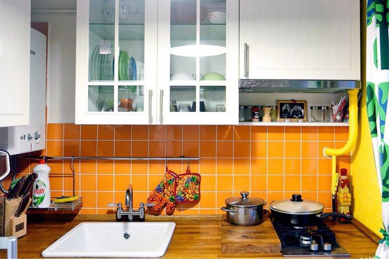 Оранжевый фартук в интерьере небольшой кухни