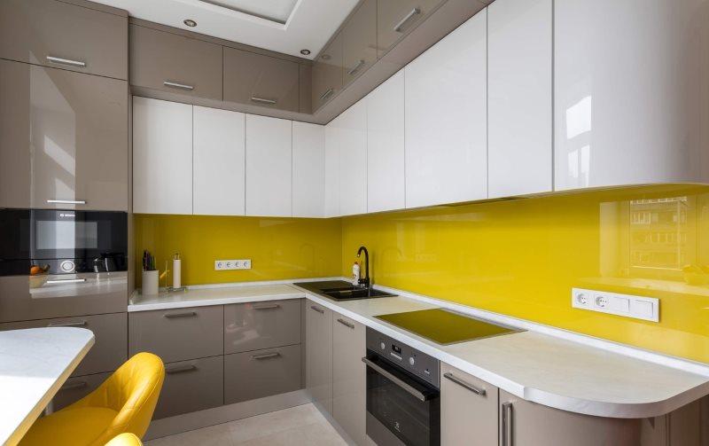 Желтый акриловый фартук в угловой кухне