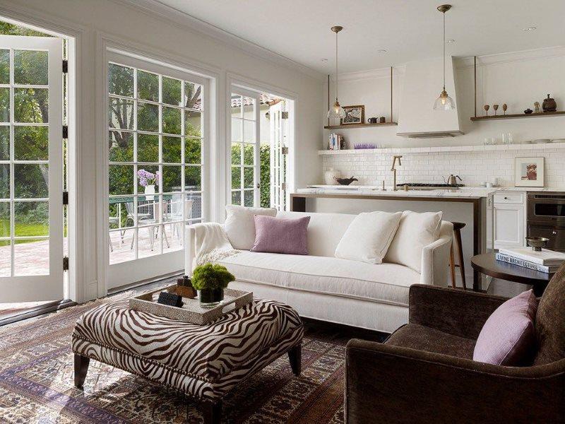 Панорамное окно в кухне-гостиной частного дома