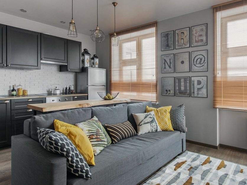 Серый диван прямого типа в кухне-гостиной