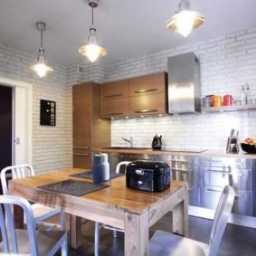 кухня с кирпичной стеной и фартуком