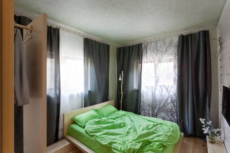 спальня с двумя окнами декор идеи