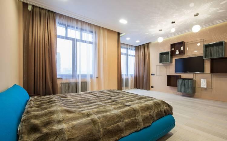 спальня с двумя окнами дизайн фото