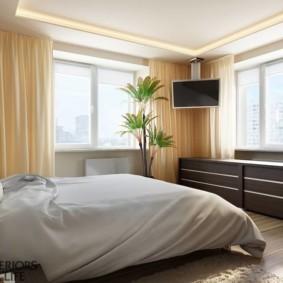 спальня с двумя окнами фото декор