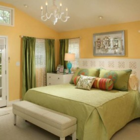 спальня с двумя окнами фото идеи