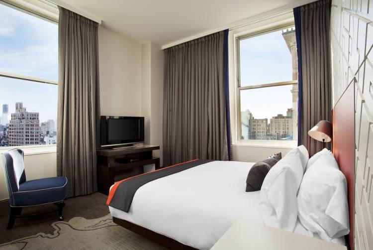 спальня с двумя окнами фото интерьера