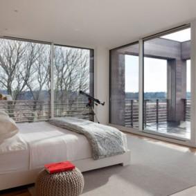 спальня с двумя окнами фото оформления