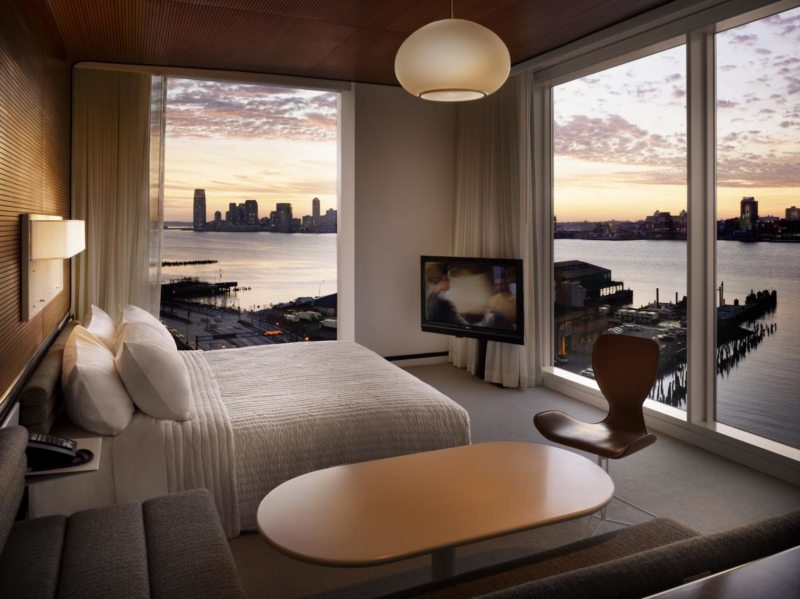 спальня с двумя окнами фото вариантов