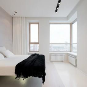 спальня с двумя окнами фото варианты