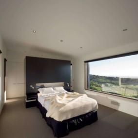 спальня с двумя окнами фото видов