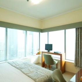 спальня с двумя окнами идеи декор