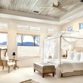 спальня с двумя окнами идеи декора