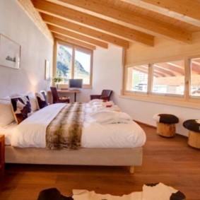 спальня с двумя окнами идеи дизайна