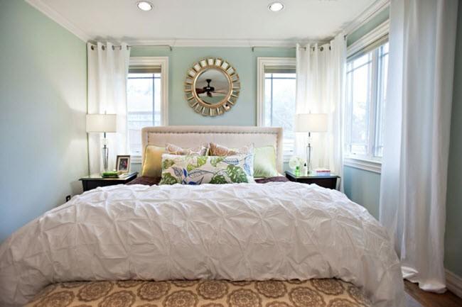 спальня с тремя окнами