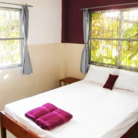 спальня с двумя окнами идеи оформления