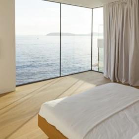 спальня с двумя окнами идеи варианты