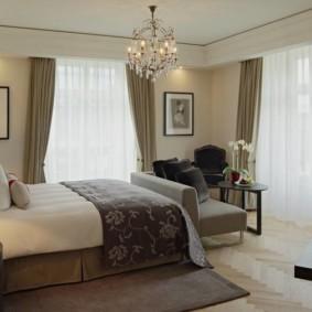 спальня с двумя окнами интерьер