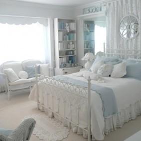 спальня с двумя окнами интерьер фото