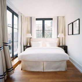 спальня с двумя окнами обзор
