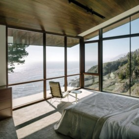 спальня с двумя окнами обзор идеи