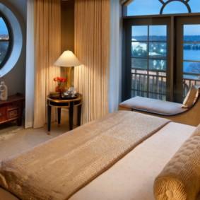 спальня с двумя окнами варианты