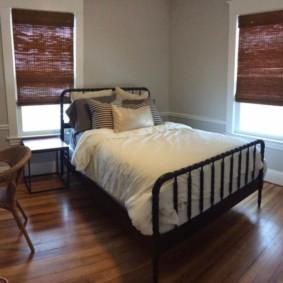 спальня с двумя окнами виды