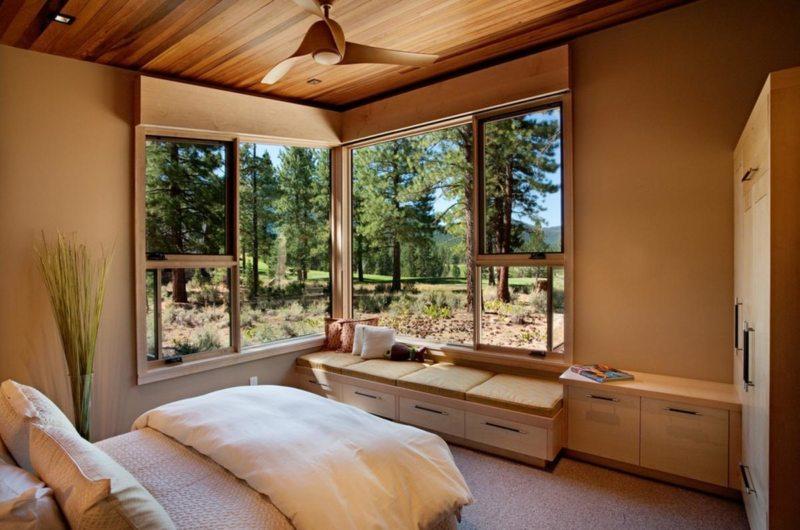 спальня с двумя окнами виды интерьера