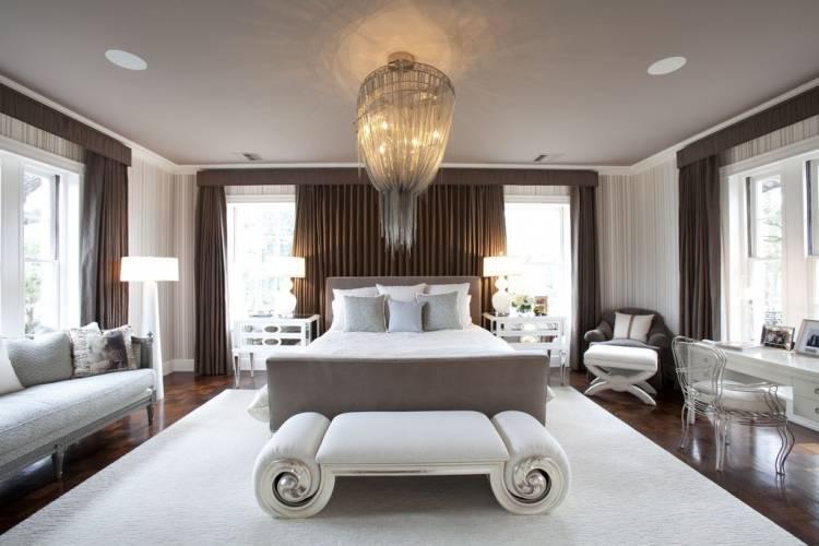спальня со множеством окон