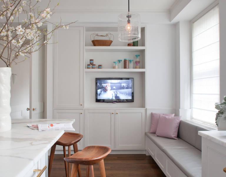 телевизор на кухне на стене