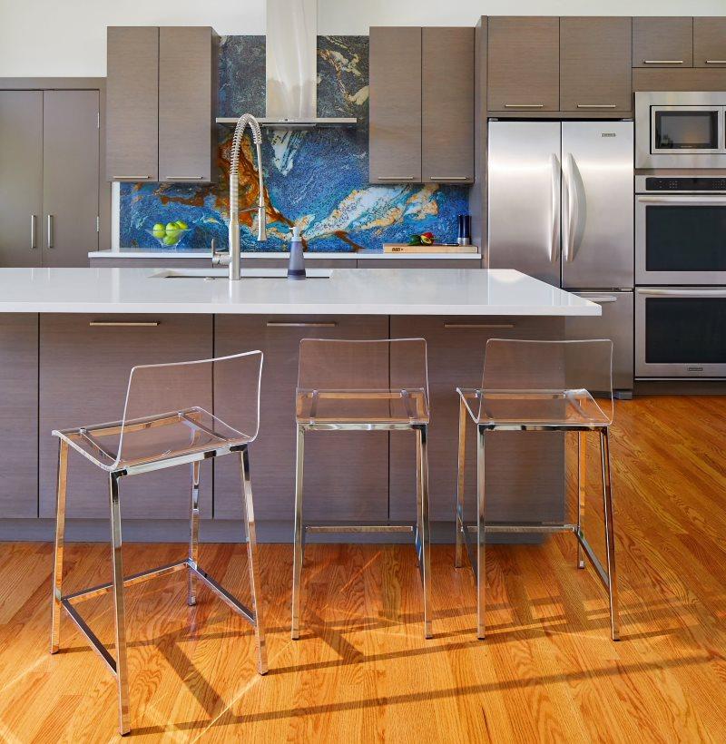 Абстрактное панно из кафельной мозаики в интерьере кухни