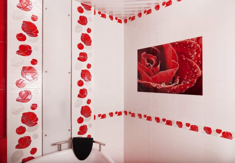 Яркое панно на стене с кафельной плиткой розового оттенка