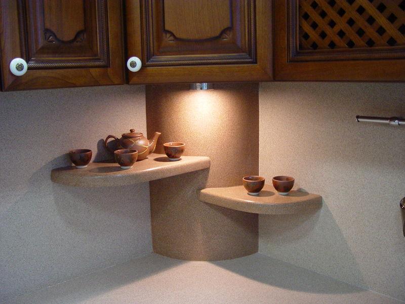 Полочки из искусственного камня в рабочей зоне кухни