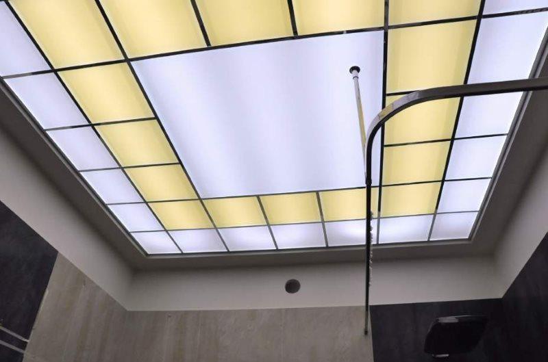 Красивый потолок из акриловых панелей в небольшой ванной