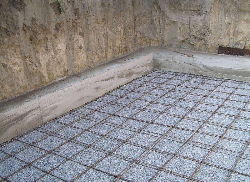 Металлическая сетка на полу ванной комнаты в деревянном доме