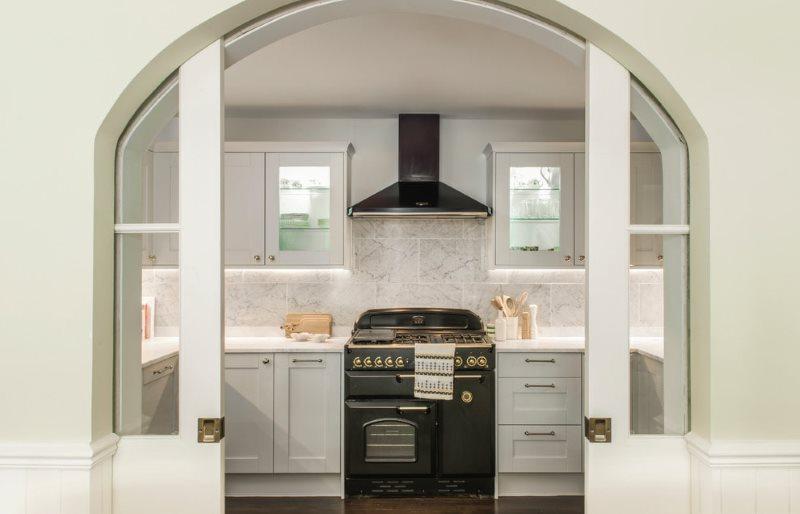Арочные раздвижные двери в кухне частного дома