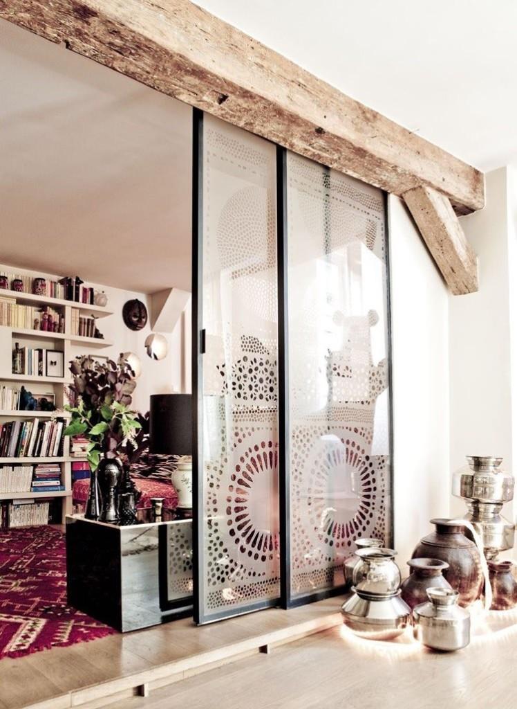 Декоративная балка над стеклянной перегородкой