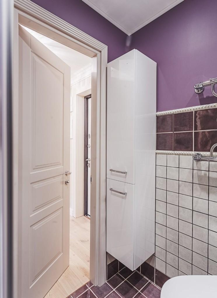 Белая дверь в ванной с фиолетовыми стенами