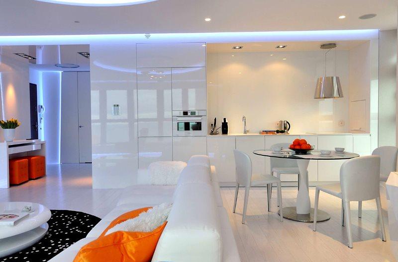 Холодный свет в кухне-гостиной стиля хай-тек