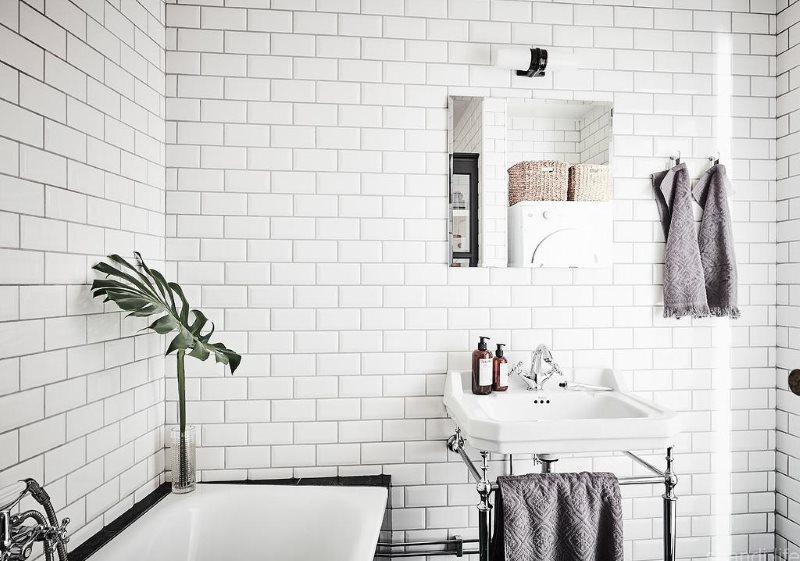 Белая плитка кабанчик в ванной скандинавского стиля