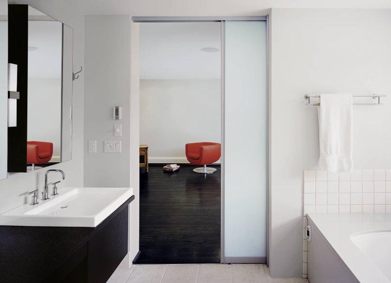 Белая раздвижная дверь в ванной комнате
