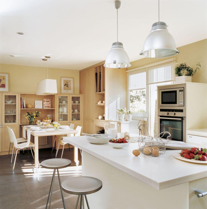 Естественное освещение большой кухни-гостиной