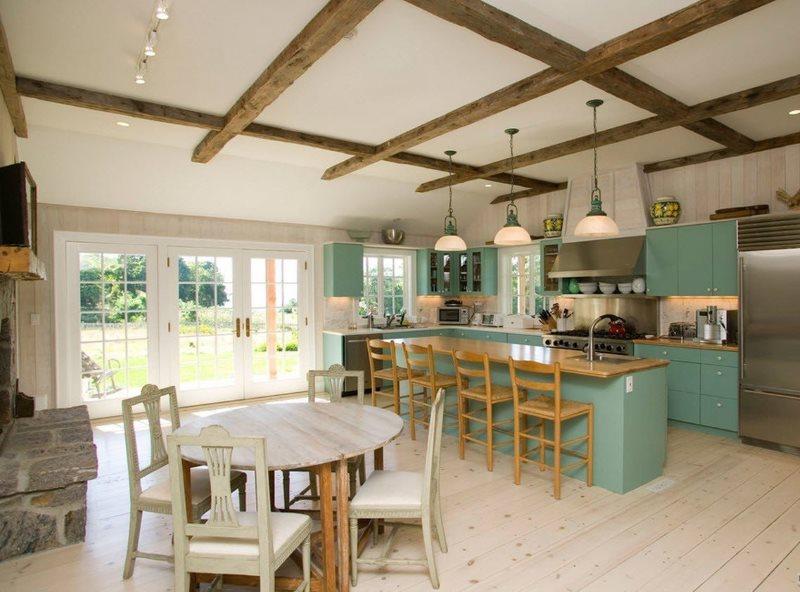 Деревянные балки в интерьере кухни деревенского дома