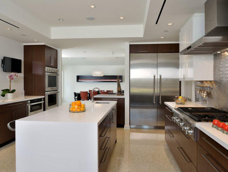 Двухрядная кухня модерн с островом в городской квартире