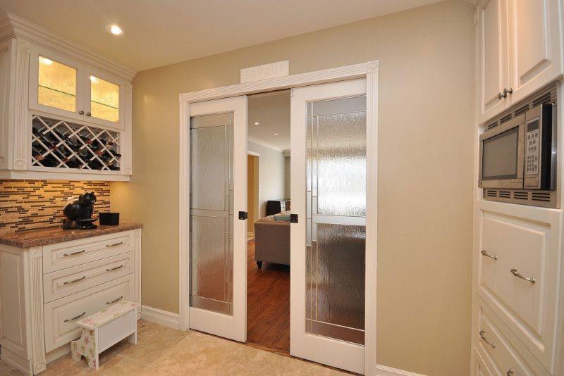 Раздвижные двери со стеклянными вставками в белом каркасе