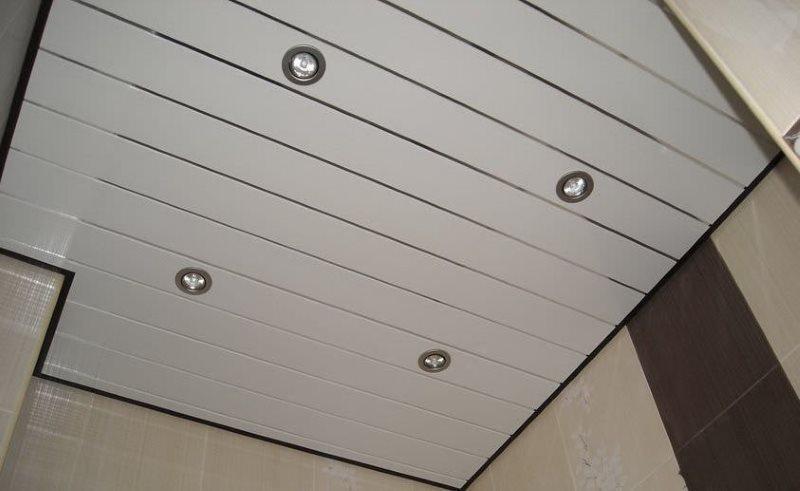Реечный потолок в интерьере туалета