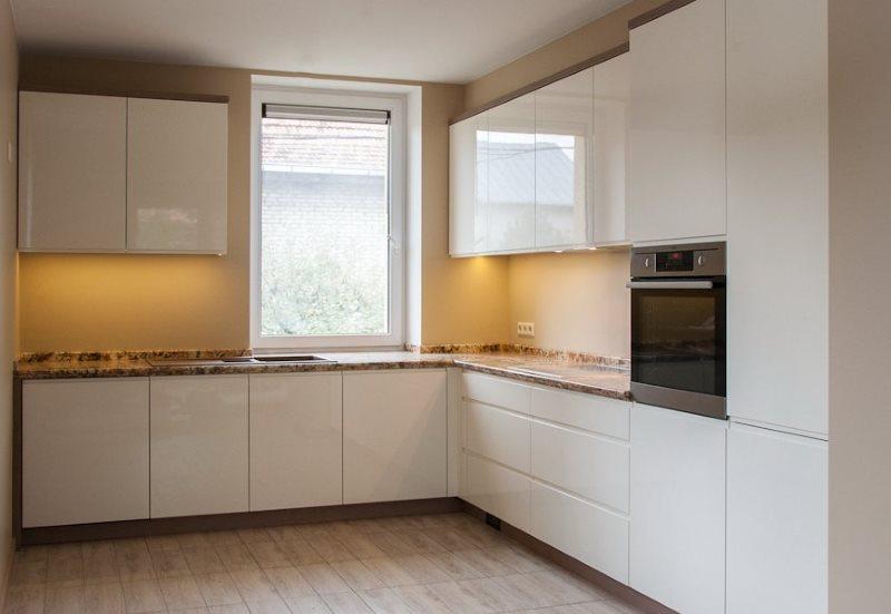 Угловая кухня с белыми фасадами без ручек
