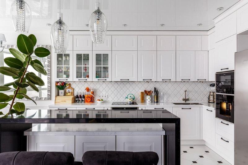 Натяжное полотно белого цвета в кухне с островом