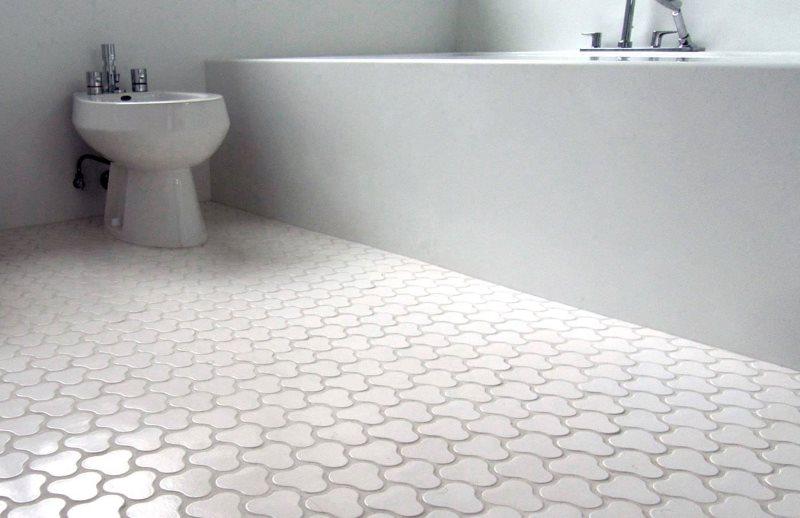 Белая керамическая плитка на теплом полу ванной