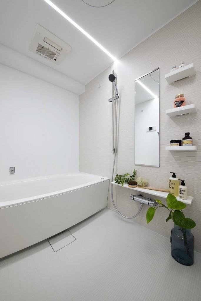 Наливной пол белого цвета в небольшой ванной