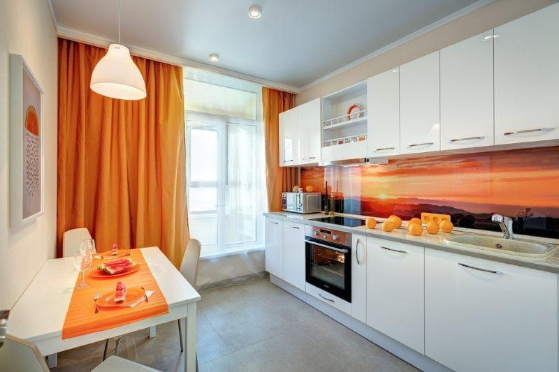 Светлый потолок в кухне с линейным гарнитуром
